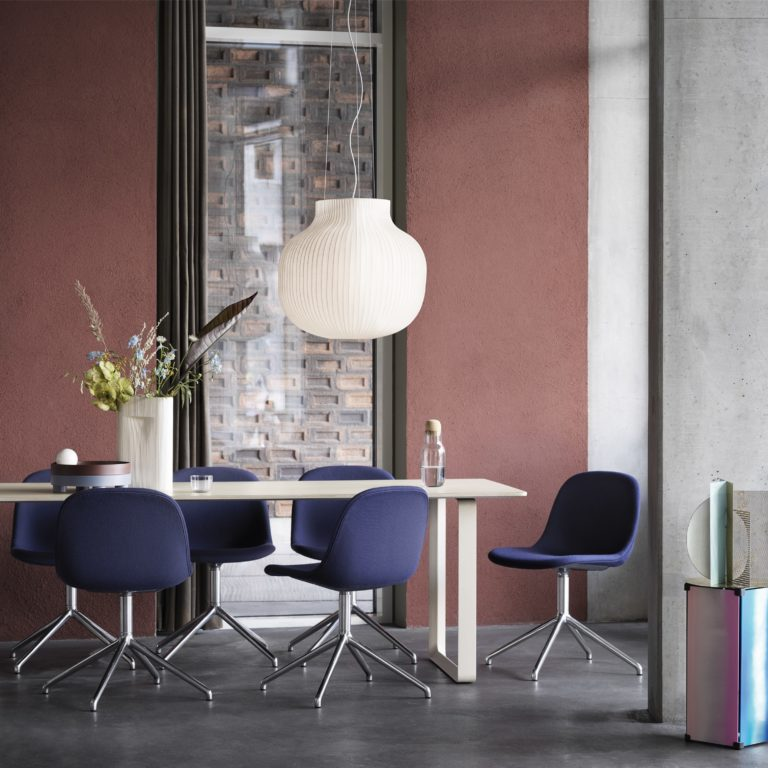 fiber-side-chair-swivel-twill-weave-780-polished-alu-70-70-table-sand-strand-pendant-ridge-vase-muuto-org_(150)